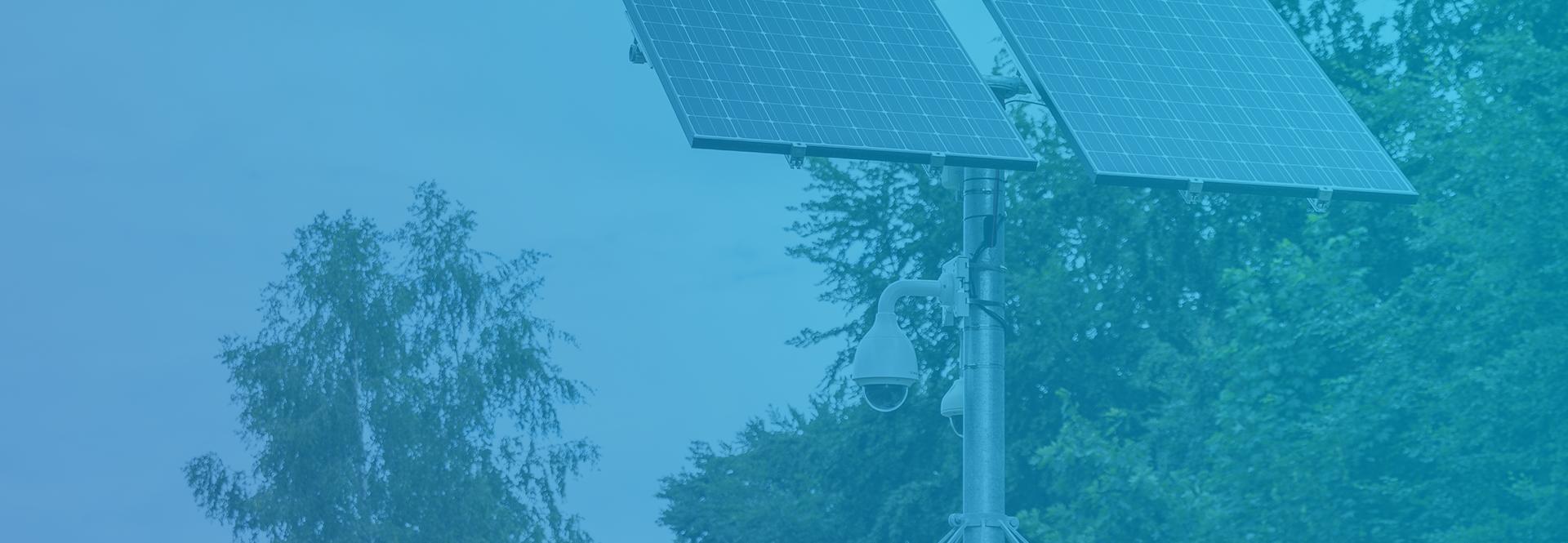 Sfeerbeeld van een mobiele cameramast die boven de camera twee zonnepanelen heeft waardoor hij zijn eigen energie kan opwekken.